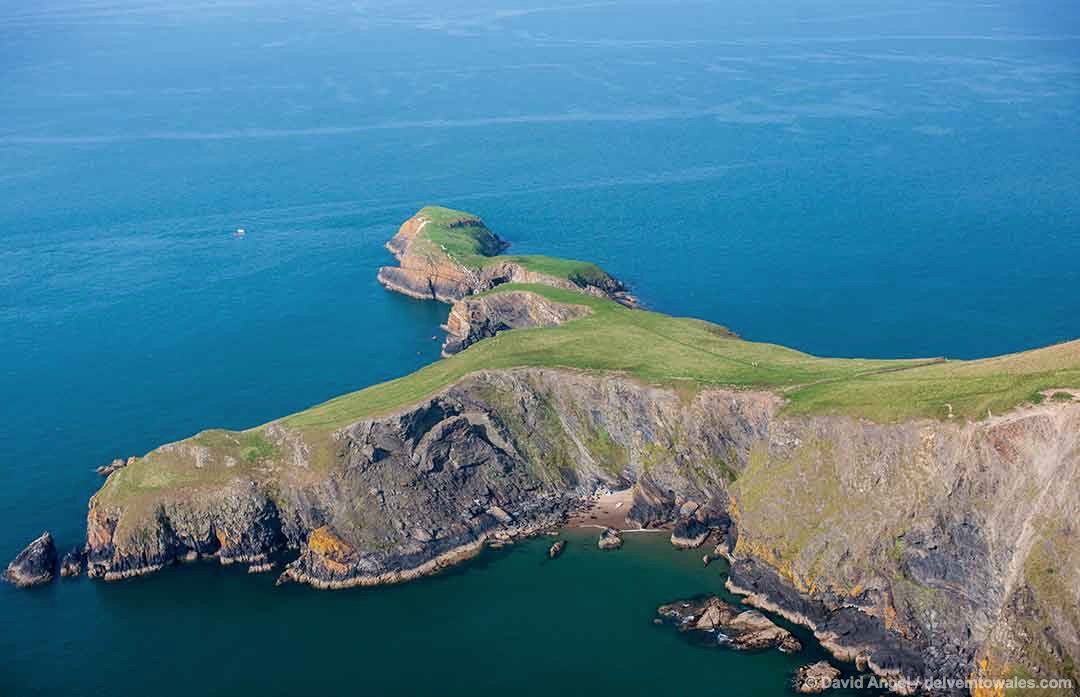 Image of Ynys Lochtyn island in Cardigan Bay
